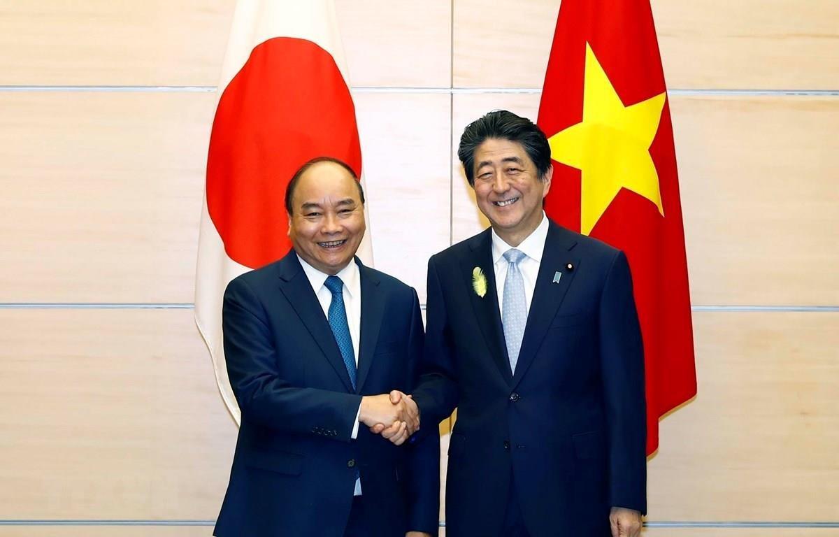 Thủ tướng Nguyễn Xuân Phúc hội đàm Thủ tướng Nhật Bản Abe Shinzo hồi tháng 7 vừa qua. (Ảnh: Thống Nhất/TTXVN)