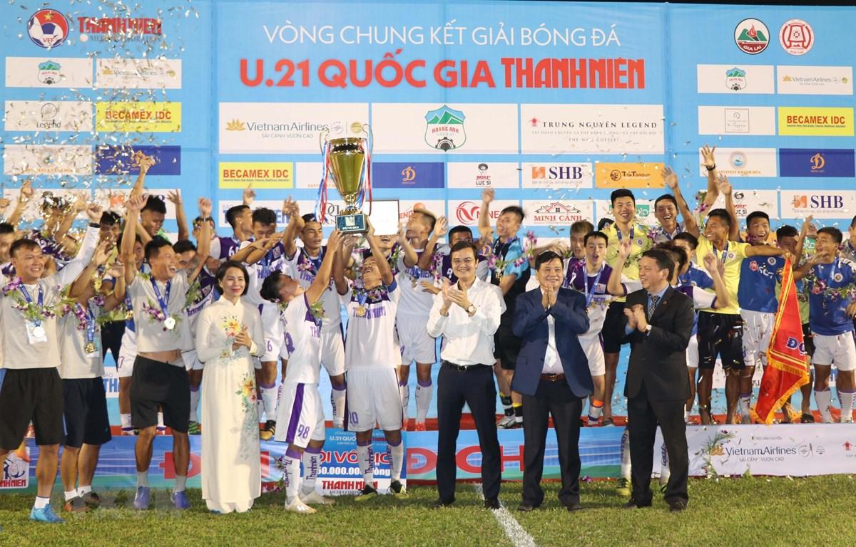 U21 Hà Nội giương cao cúp vô địch. (Ảnh: Dư Toán/TTXVN)