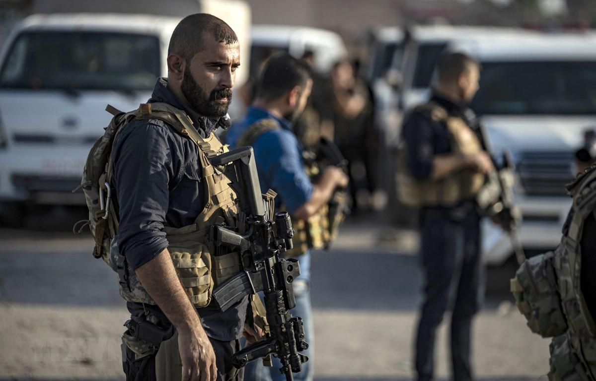 Thành viên Các Lực lượng Dân chủ Syria (SDF) ở gần thị trấn Hasakeh ngày 10/10. (Ảnh: AFP/TTXVN)