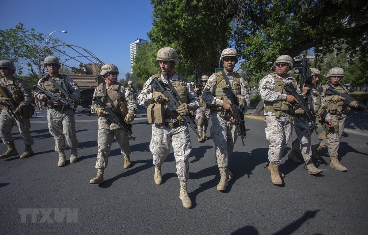 Quân đội được triển khai để giải tán đám đông biểu tình ở Santiago, Chile ngày 20/10. (Ảnh: AFP/TTXVN)