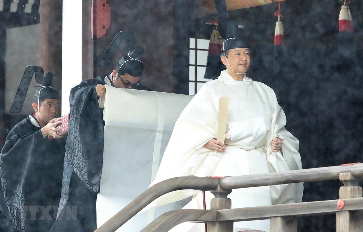 Nhật hoàng Naruhito (phía trước) làm lễ tại Điện thờ cung Hoàng gia ở Tokyo, trước lễ Đăng quang ngày 22/10. (Ảnh: AFP/TTXVN)