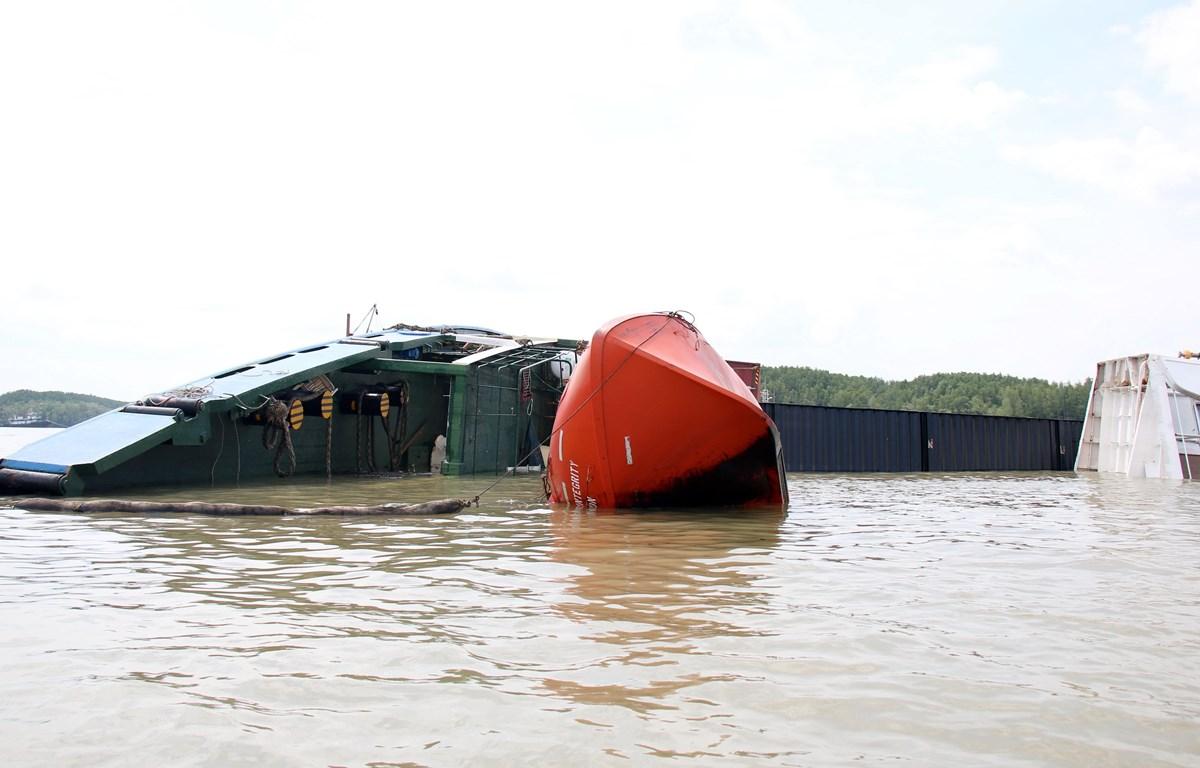 Tàu VIETSUN INTEGRITY nằm lật ngang giữa sông Lòng Tàu. (Ảnh: Tiến Lực/ TTXVN)