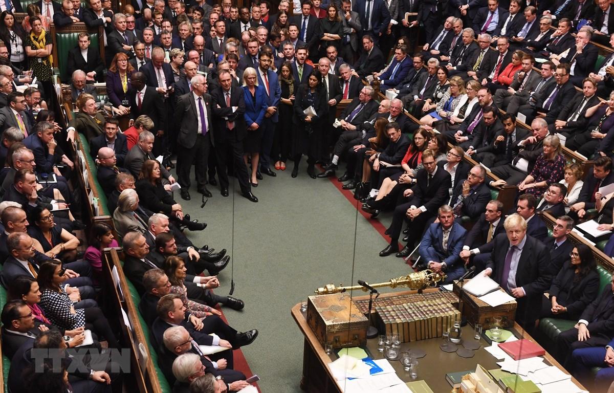 Thủ tướng Anh Boris Johnson (phải) tại phiên họp của Hạ viện Anh ở London ngày 22/10. (Ảnh: AFP/TTXVN)