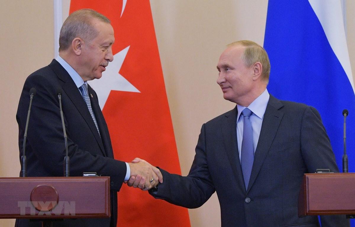 Tổng thống Nga Vladimir Putin (phải) và Tổng thống Thổ Nhĩ Kỳ Recep Tayyip Erdoga. (Ảnh: THX/TTXVN)