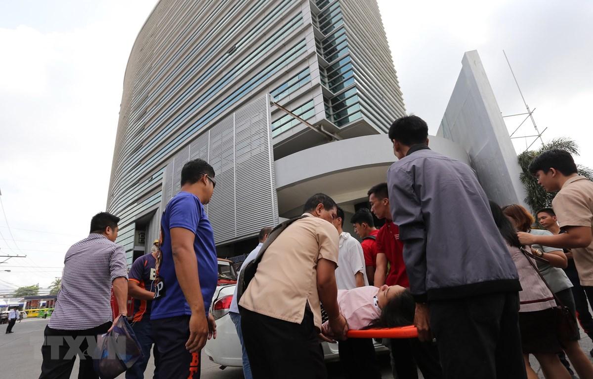 Chuyển nạn nhân bị thương trong trận động đất tại Davao, Mindanao, Philippines, ngày 29/10. (Ảnh: AFP/TTXVN)