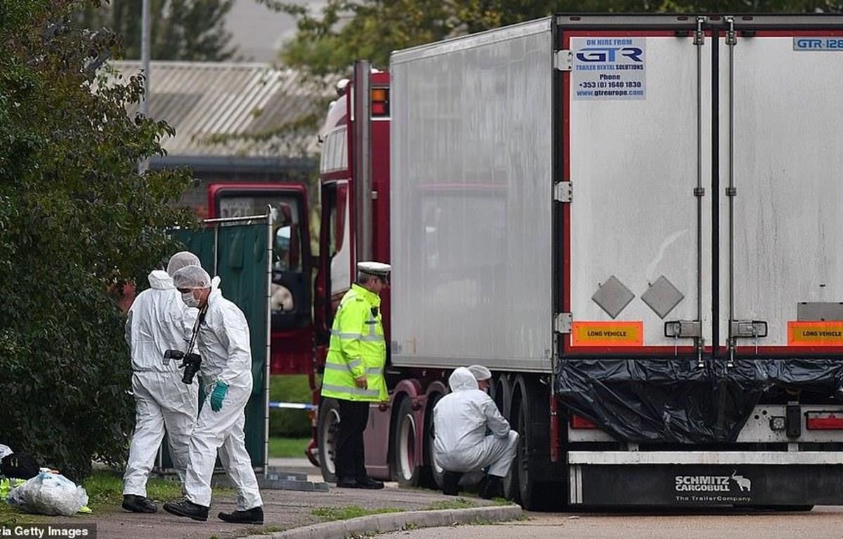 Cảnh sát khám nghiệm hiện trường chiếc xe container chở 39 người nhập cư thiệt mạng ở Essex, ngày 23/10. (Nguồn: AFP)