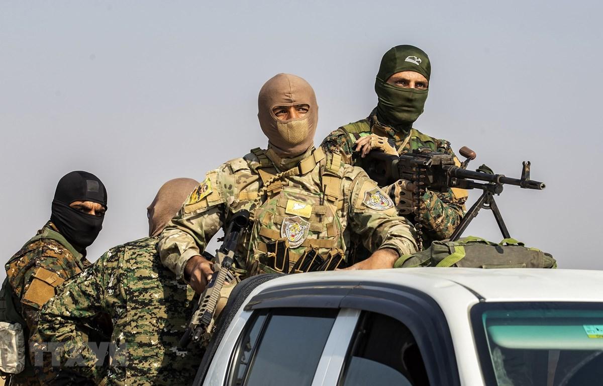 Các tay súng thuộc Lực lượng dân chủ Syria (SDF) rút khỏi khu vực biên giới Sanjak Saadoun, gần thị trấn Amuda, miền Bắc Syria. (Ảnh: AFP/TTXVN)
