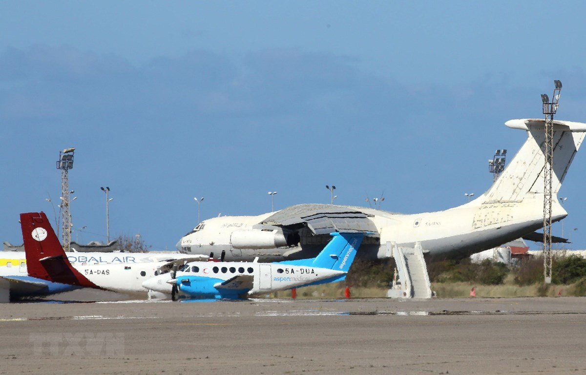 Máy bay đỗ tại sân bay quốc tế Mitiga, Libya. (Ảnh: AFP/TTXVN)