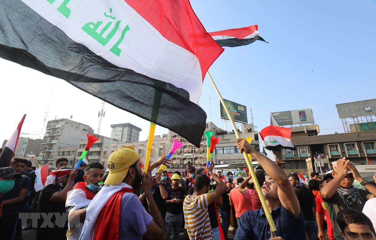 Người biểu tình phản đối Chính phủ tập trung tại quảng trường Tahrir ở thủ đô Baghdad, Iraq. (Ảnh: THX/TTXVN)