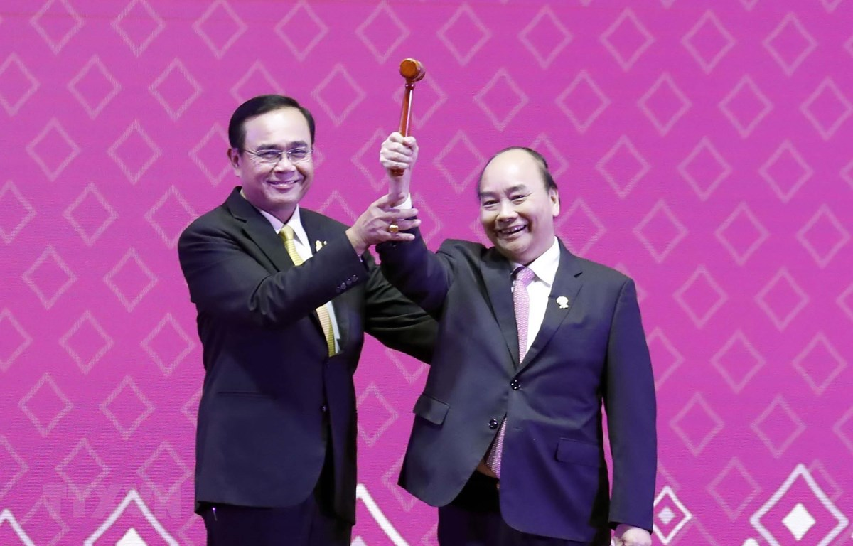 Trong ảnh: Thủ tướng Nguyễn Xuân Phúc nhận búa Chủ tịch ASEAN từ Thủ tướng Thái Lan Prayuth Chan-o-cha. (Ảnh: Thống Nhất/TTXVN)