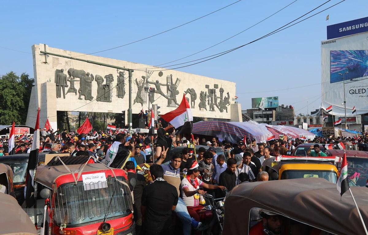 Người biểu tình phản đối Chính phủ tập trung tại quảng trường Tahrir ở thủ đô Baghdad, Iraq. (Ảnh: THX/ TTXVN)
