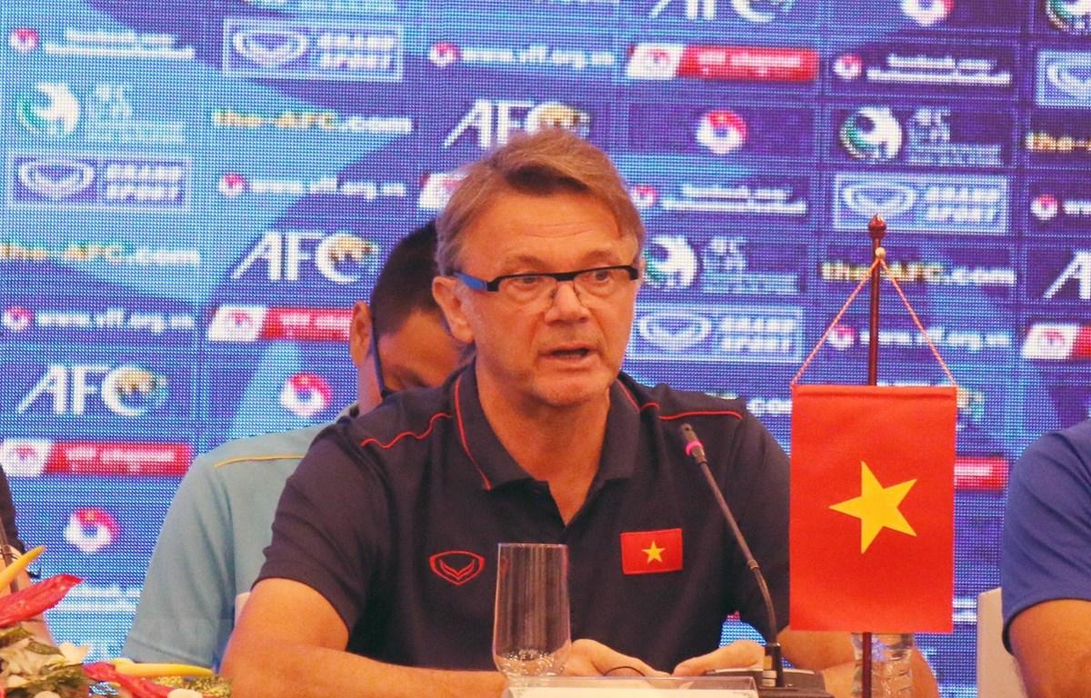 Huấn luyện viên U19 Việt Nam Philippe Troussier trả lời các câu hỏi của phóng viên. (Ảnh: Tiến Lực/TTXVN)