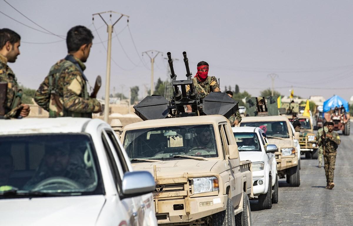 Các Lực lượng dân chủ Syria (SDF) rút khỏi khu vực biên giới với Thổ Nhĩ Kỳ, gần thị trấn Amuda, miền Bắc Syria. (Ảnh: AFP/TTXVN)