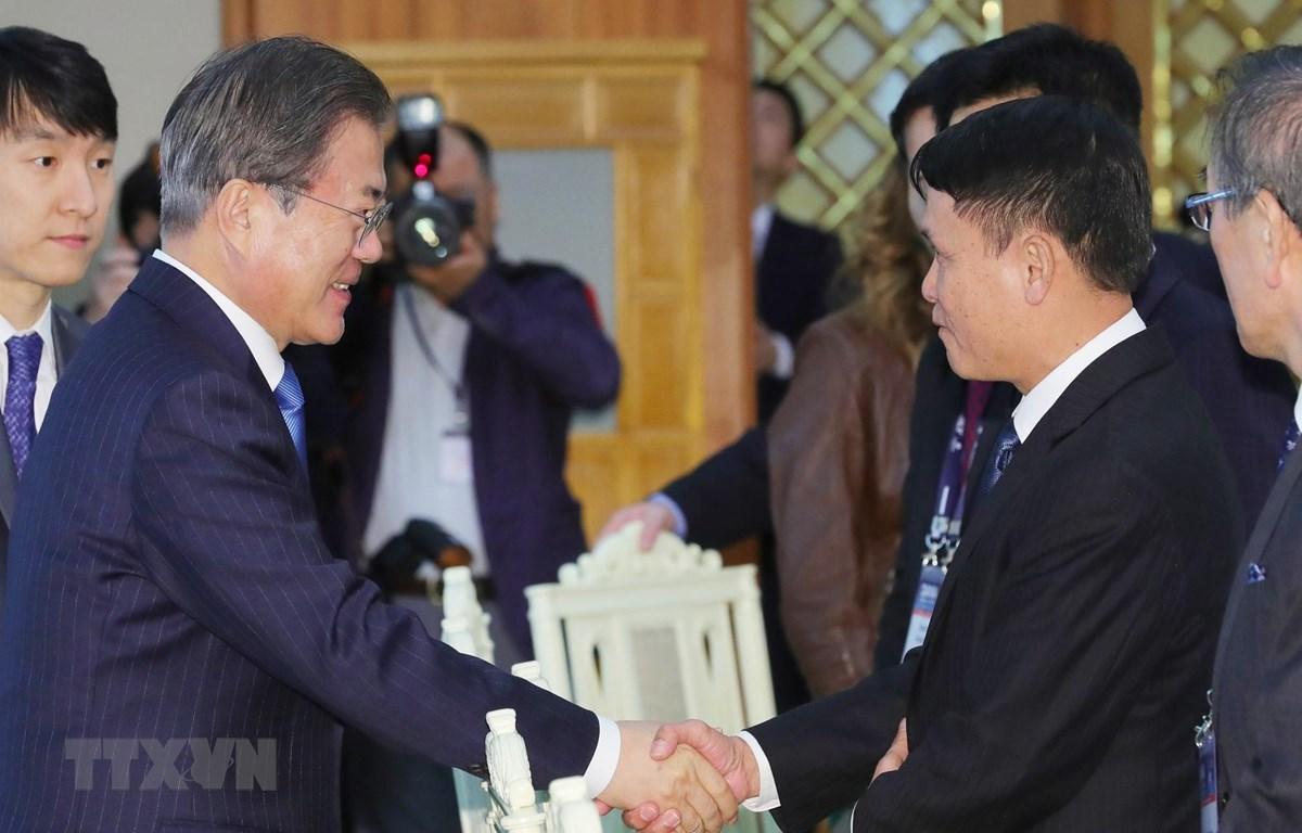Tổng thống Hàn Quốc Moon Jae-in bắt tay Tổng Giám đốc TTXVN Nguyễn Đức Lợi. (Nguồn: TTXVN phát)