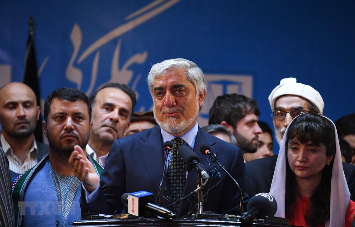 Ứng viên Tổng thống Afghanistan Abdullah Abdullah (giữa). (Ảnh: AFP/TTXVN)