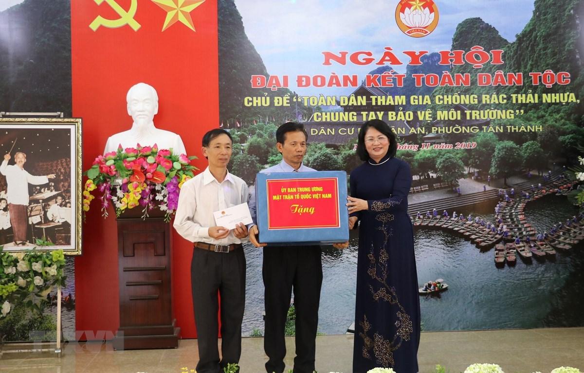 Phó Chủ tịch nước Đặng Thị Ngọc Thịnh trao quà tặng tập thể phố Tân An. (Ảnh: Đức Phương/TTXVN)