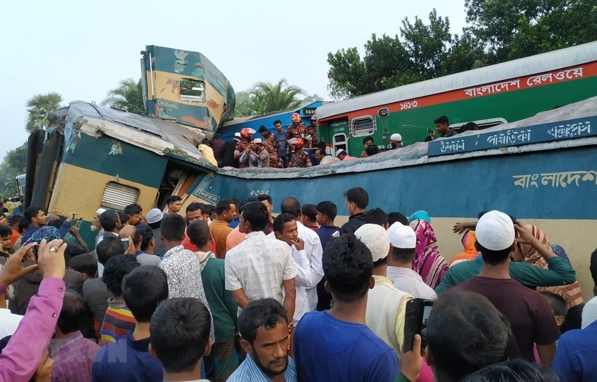 Hiện trường vụ hai tàu hỏa đâm nhau tại Brahmanbaria, Bangladesh, ngày 12/11. Ảnh: TBS/TTXVN)