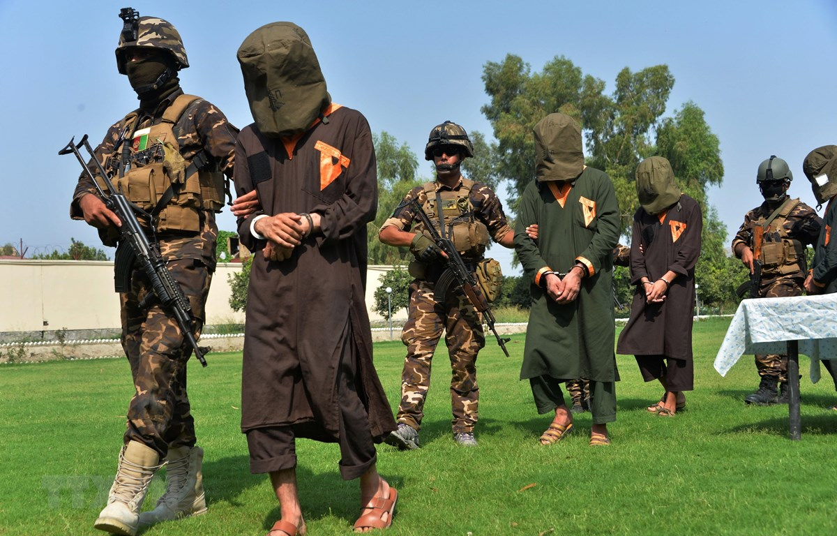 Phiến quân Taliban bị bắt giữ tại Jalalabad, Afghanistan. (Ảnh: AFP/TTXVN)