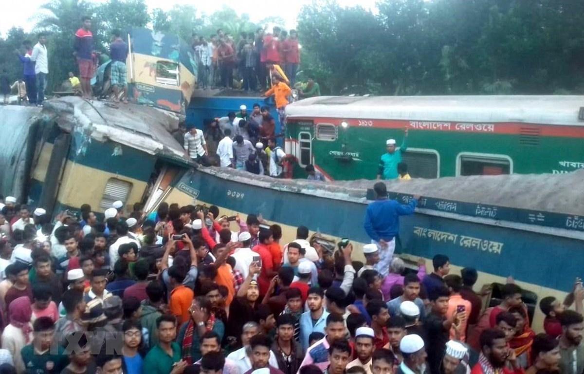 Hiện trường vụ hai đoàn tàu hỏa đâm nhau tại Brahmanbaria, Bangladesh, ngày 12/11. (Ảnh: Daily Star/TTXVN)