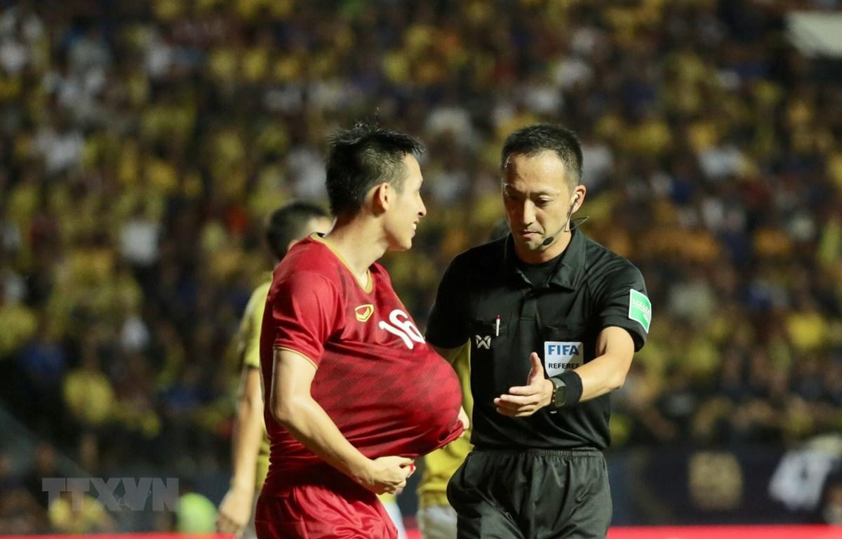 Trọng tài Jumpei Iida bắt chính trận Việt Nam-Thái Lan tại King's Cup 2019. (Ảnh: Nguyễn Minh Tiến/TTXVN)