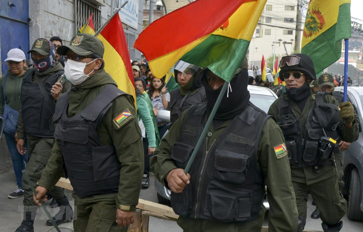 Cảnh sát Bolivia tham gia cuộc tuần hành bày tỏ sự ủng hộ với lực lượng đối lập, yêu cầu Tổng thống từ chức, ở La Paz, ngày 9/11. (Ảnh: AFP/TTXVN)