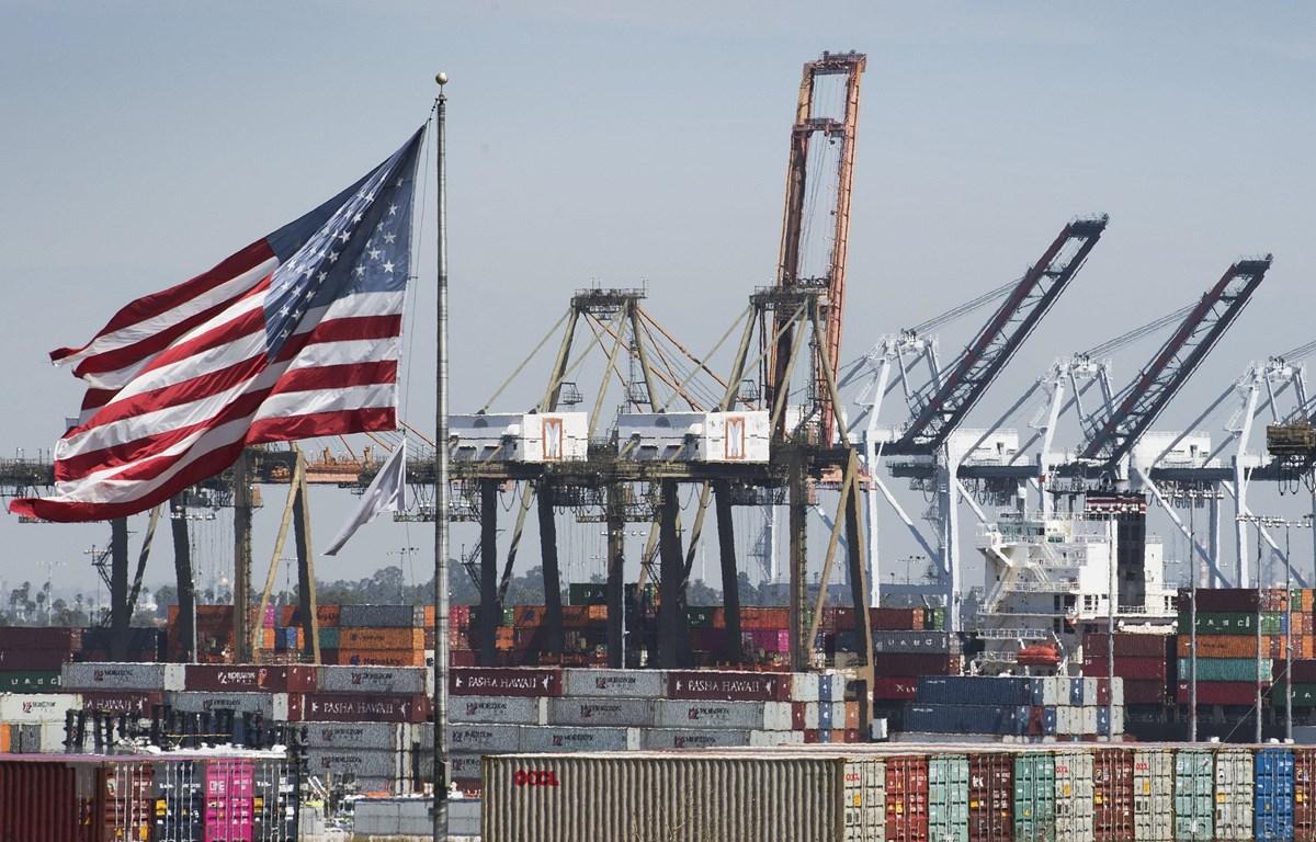 Hàng hóa từ Trung Quốc và các nước châu Á khác chờ bốc dỡ tại Cảng Los Angeles, bang California, Mỹ. (Ảnh: AFP/TTXVN)