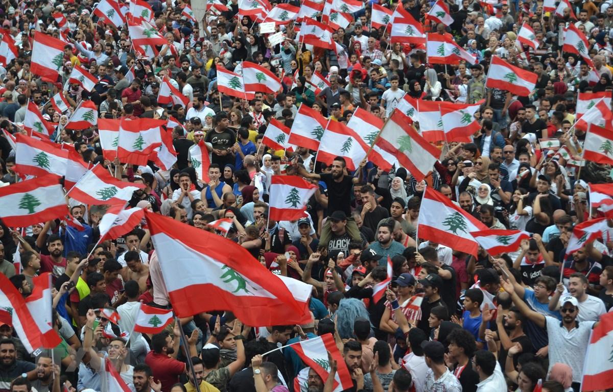Người biểu tình tập trung tại Tripoli, Liban, ngày 20/10. (Ảnh: THX/TTXVN)