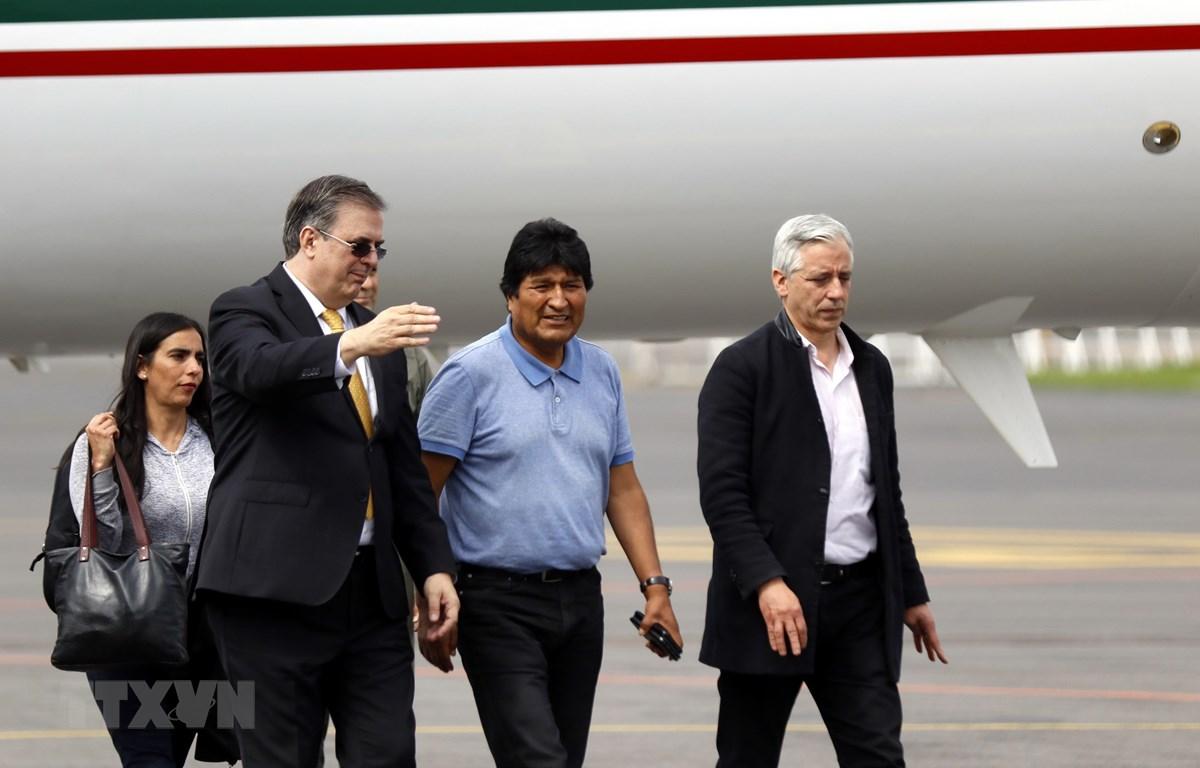 Ngoại trưởng Mexico Marcelo Ebrard (trái) đón cựu Tổng thống Bolivia Evo Morales (giữa) tại sân bay thủ đô Mexico City. (Ảnh: THX/TTXVN)