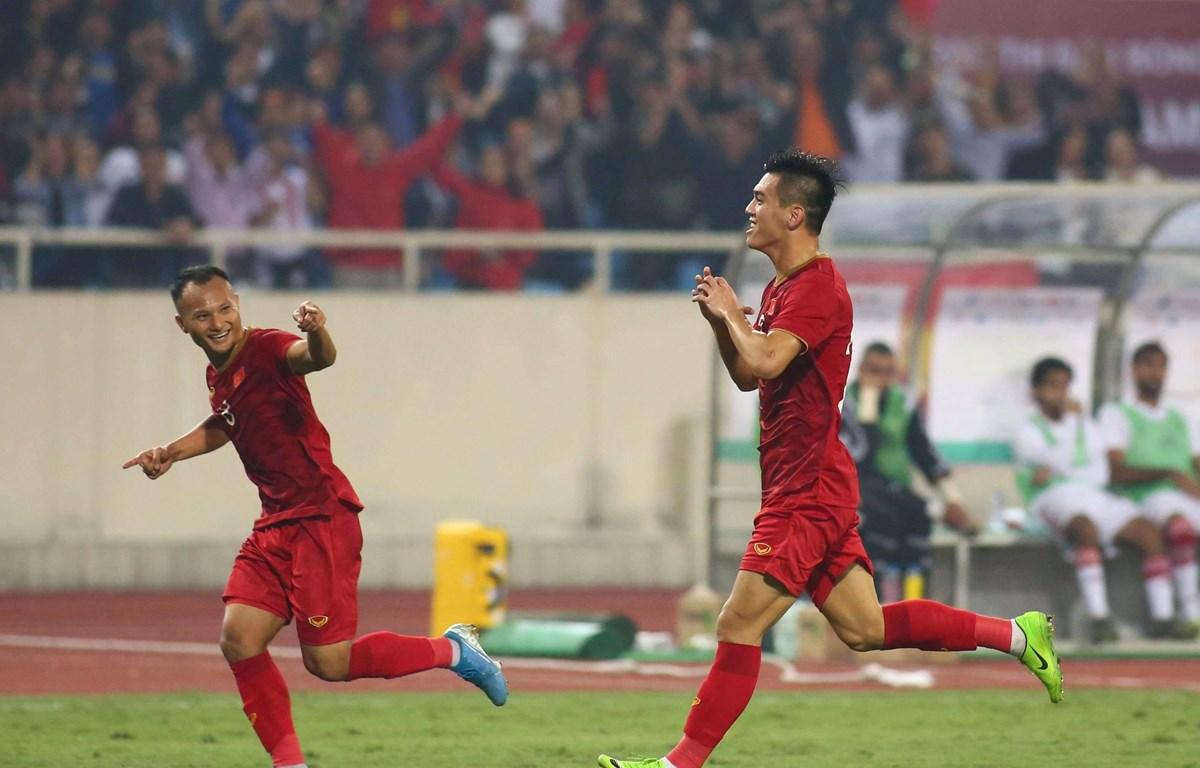 Tiến Linh (phải) ghi bàn mang chiến thắng về cho Việt Nam. (Ảnh: Nguyên An/Vietnam+)