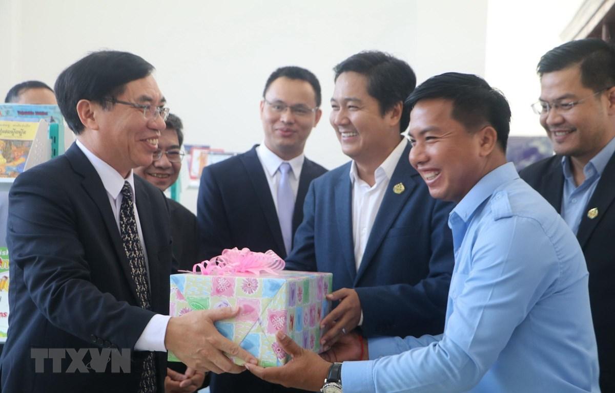 Công sứ Lại Xuân Chiến trao quà cho Trung tâm Văn hoá và Thư viện tỉnh Kampong Speu. Ảnh: Nguyễn Vũ Hùng/TTXVN)