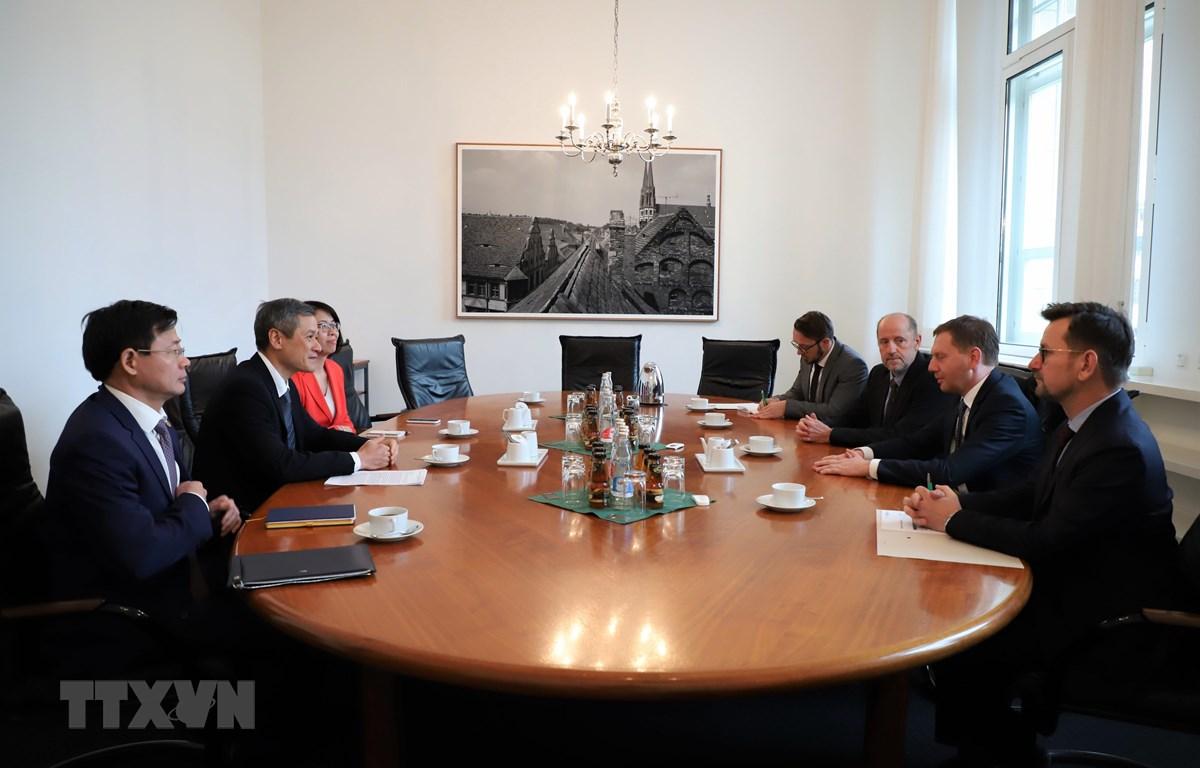 Đại sứ Nguyễn Minh Vũ làm việc với Thủ hiến bang Sachsen Michael Kretschmer. (Ảnh: Thanh Bình/TTXVN)