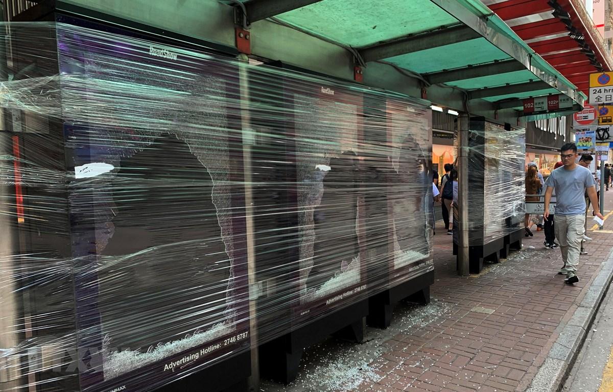 Một bến xe buýt bị hư hại do người biểu tình đập phá tại Hong Kong, Trung Quốc, ngày 12/11. (Ảnh: THX/TTXVN)