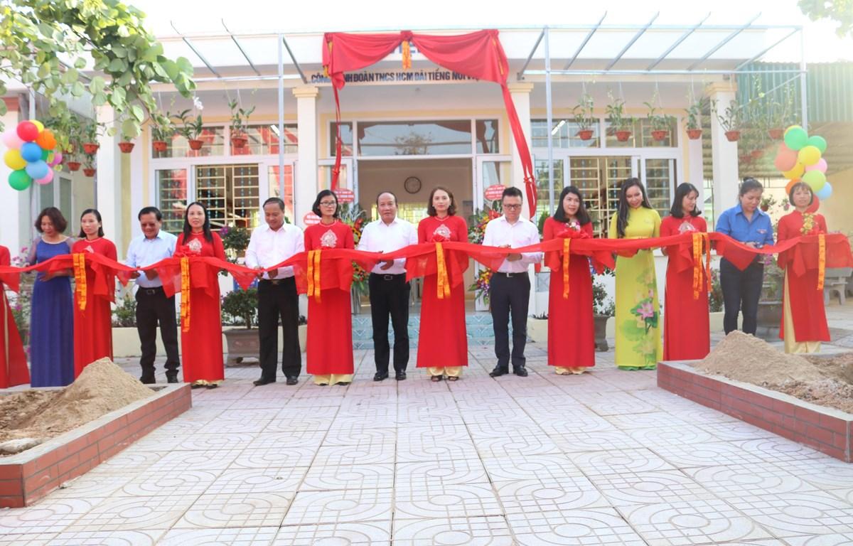 Các đại biểu cắt băng khánh thành Thư viện xanh và Tủ sách Đinh Hữu Dư tại Trường Trung học cơ sở Đức Thành (Nghệ An). (Ảnh: PV/Vietnam+)