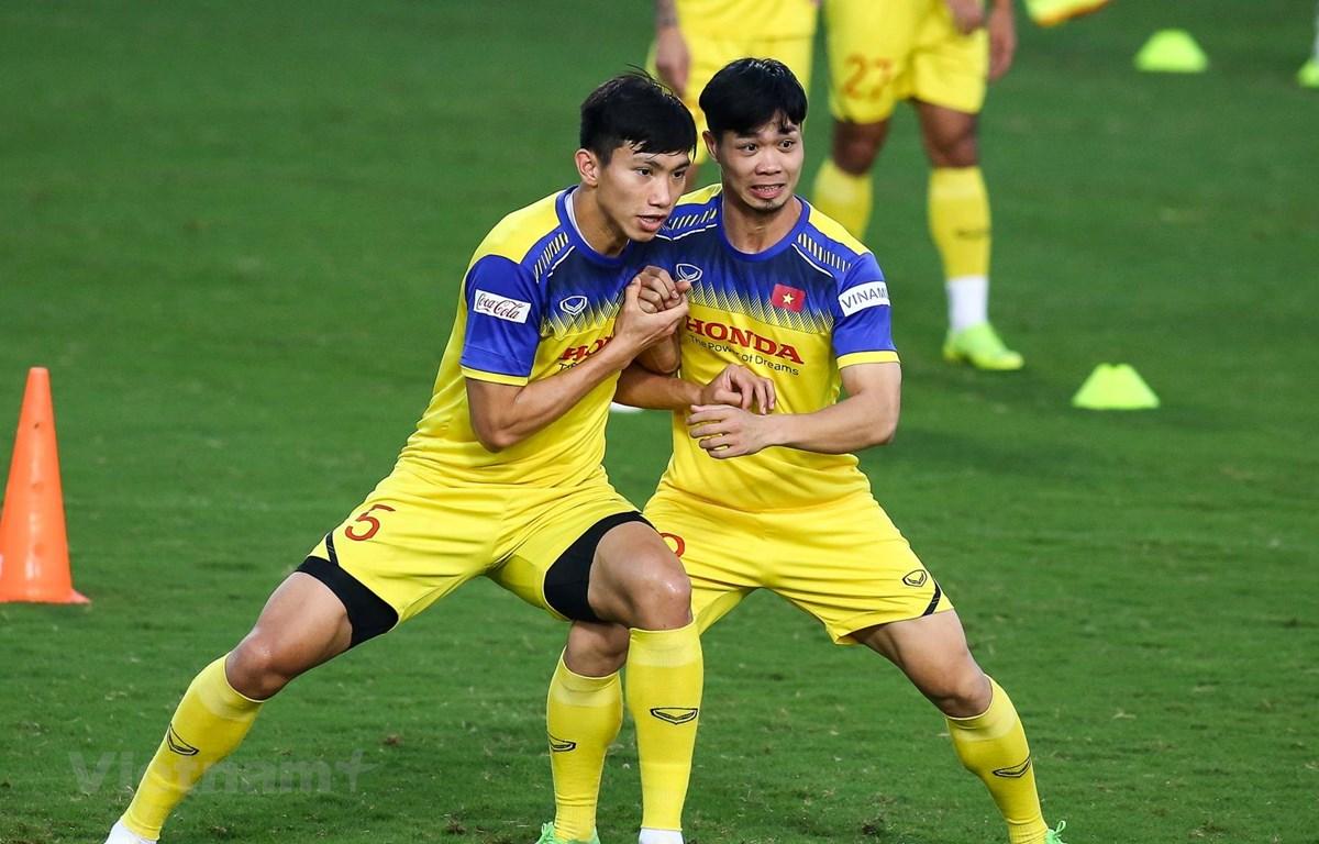 Văn Hậu và Công Phượng trên sân tập chuẩn bị cho trận gặp Thái Lan. (Ảnh: Nguyên An/Vietnam+)
