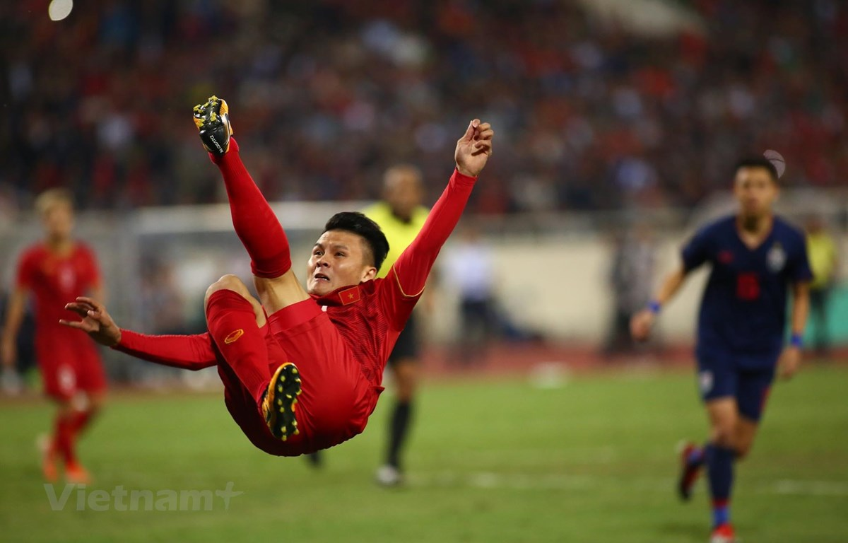Quang Hải tung người móc bóng tạo cơ hội cho đồng đội. (Ảnh: Nguyên An/Vietnam+)