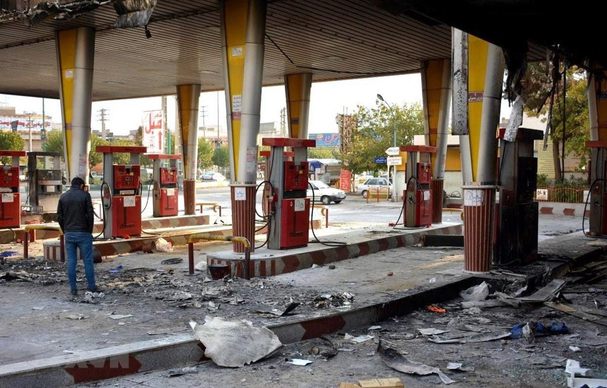 Một trạm xăng bị người biểu tình đốt phá tại Eslamshahr, Iran, ngày 17/1. (Ảnh: AFP/TTXVN)