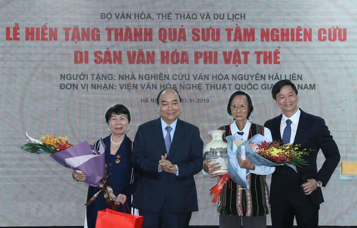 Thủ tướng Nguyễn Xuân Phúc tặng hoa Nhà nghiên cứu văn hoá Nguyễn Hải Liên. (Ảnh: Thống Nhất /TTXVN)