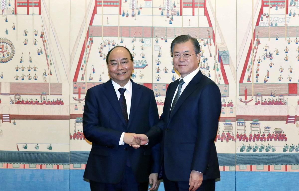 Tổng thống Hàn Quốc Moon Jae-in đón Thủ tướng Chính phủ Nguyễn Xuân Phúc và Phu nhân. Ảnh: Thống Nhất/TTXVN