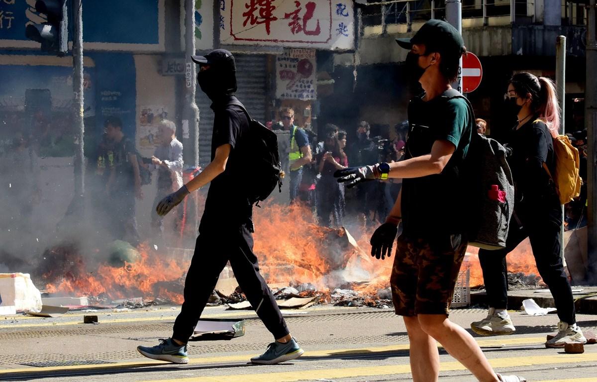 Người biểu tình quá khích tại Hong Kong, Trung Quốc, ngày 11/11. (Ảnh: THX/TTXVN)