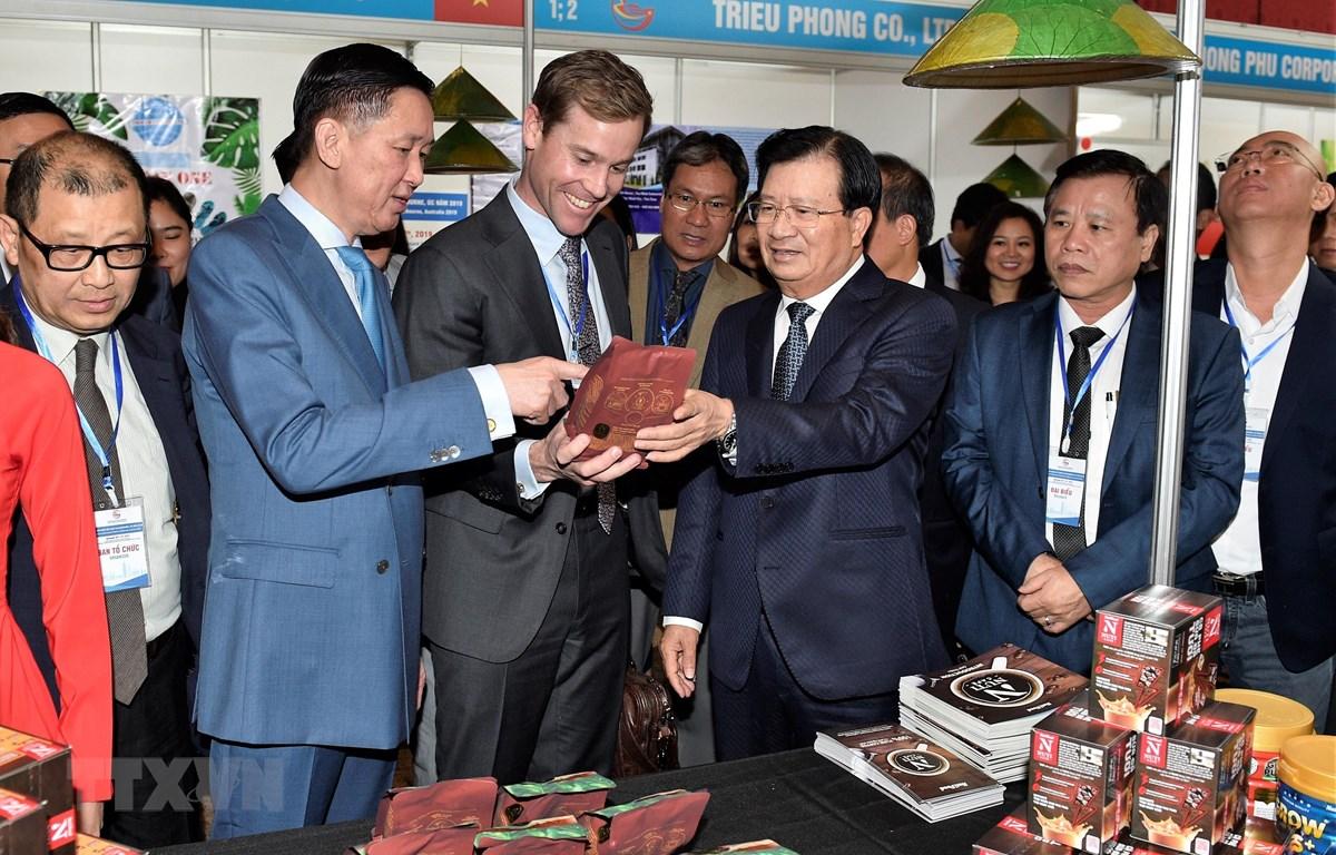 Phó Thủ tướng Trịnh Đình Dũng thăm gian hàng tại Ngày hội hàng Việt Nam. (Ảnh: TTXVN phát)