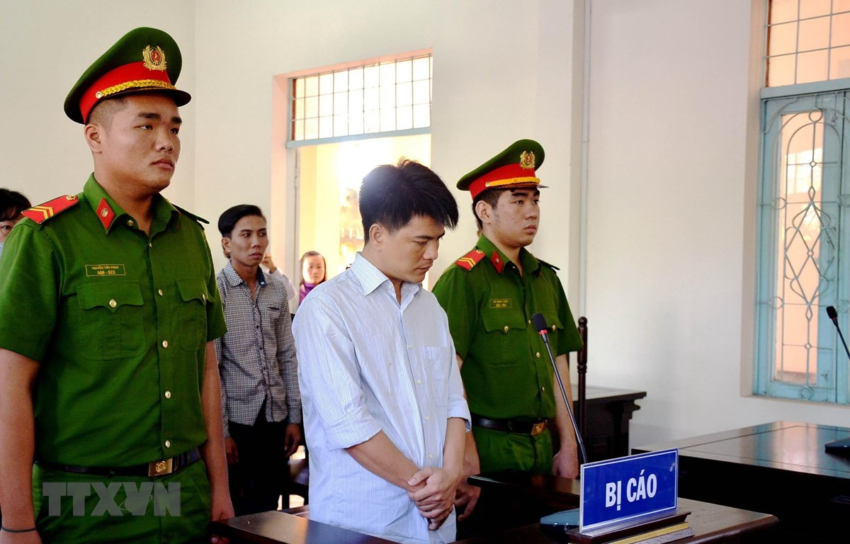 Bị cáo Phạm Thành Hiếu (áo trắng) lĩnh án 12 năm tù. (Ảnh: Bùi Giang/TTXVN)