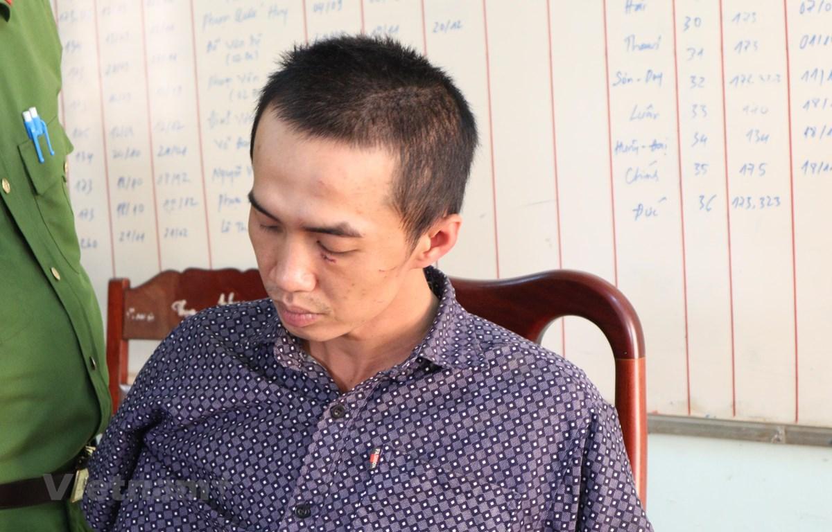 Đối tượng Nam bị lực lượng chức năng bắt giữ. (Ảnh: Đậu Tất Thành/Vietnam+)