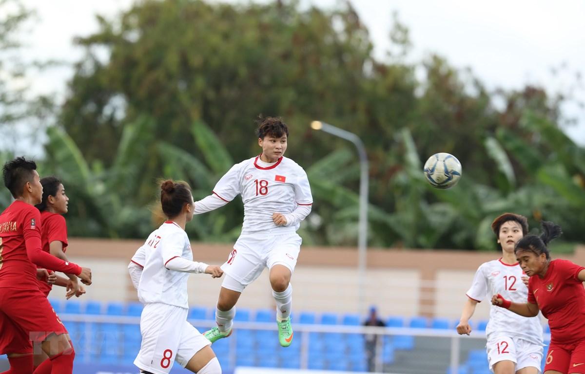 Đội tuyển nữ Việt Nam (áo trắng) giành vé vào bán kết SEA Games 30. (Ảnh: Hoàng Linh/TTXVN)