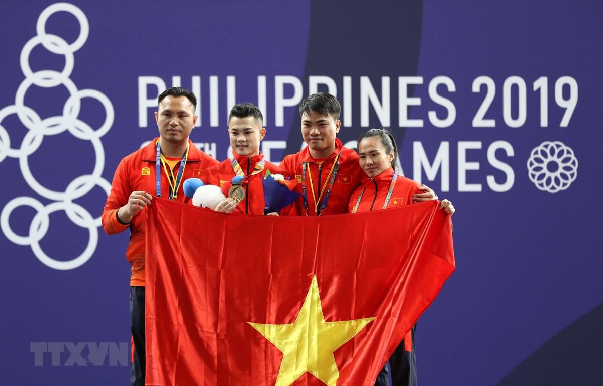 Đội tuyển Cử tạ đã giành được 2 huy chương vàng ngay ngày ra quân SEA Games 30. (Ảnh: Hoàng Linh/TTXVN)