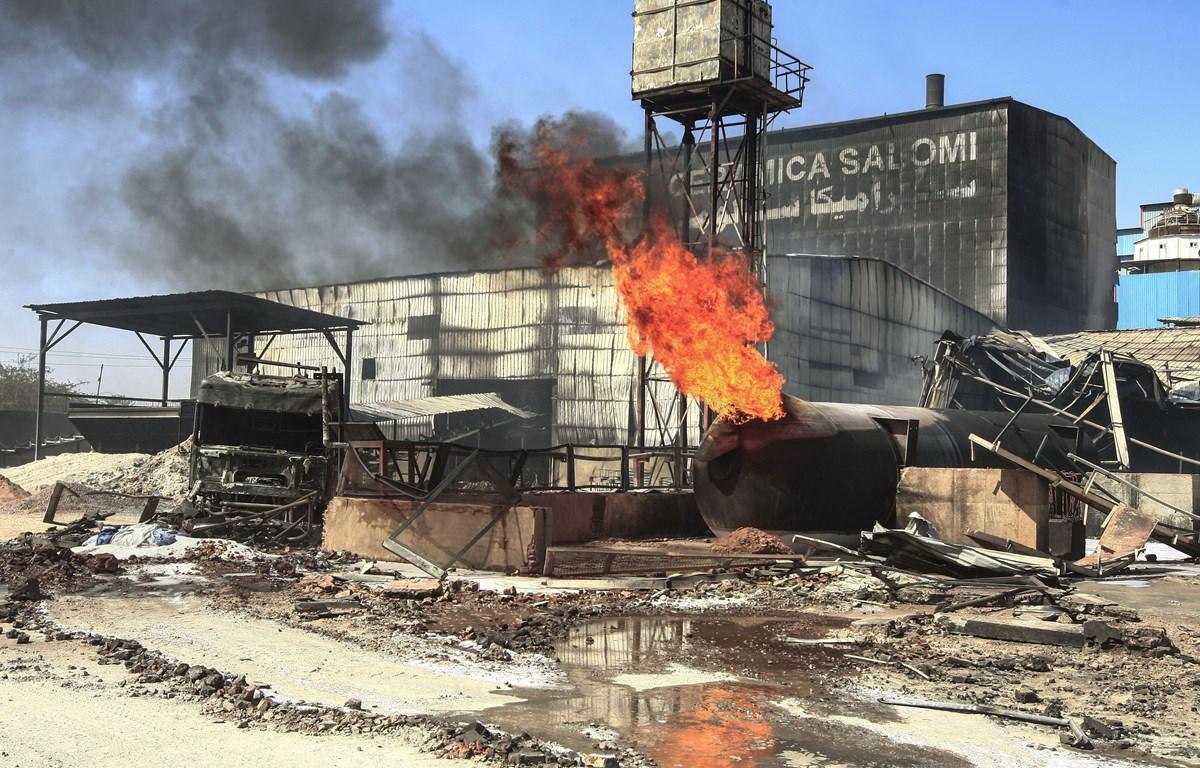Hiện trường vụ cháy nhà máy trong khu công nghiệp ở thủ đô Khartoum, Sudan ngày 3/12. (Ảnh: AFP/TTXVN)