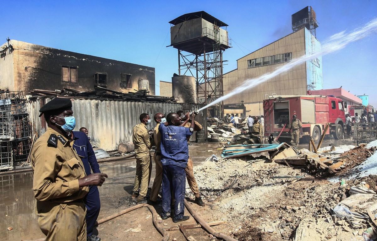 Lực lượng chức năng Sudan nỗ lực dập lửa tại hiện trường vụ cháy nhà máy trong khu công nghiệp ở thủ đô Khartoum ngày 3/12. (Ảnh: AFP/TTXVN)