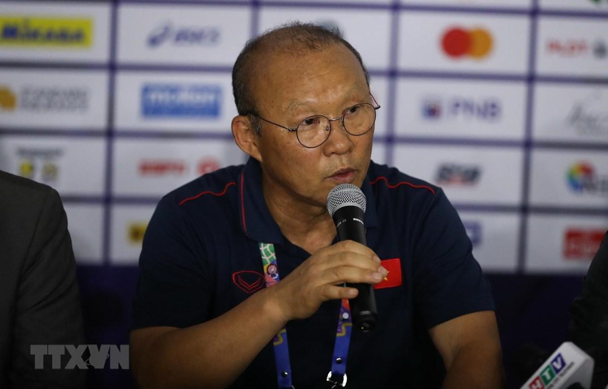 HLV Park Hang Seo phát biểu trong cuộc họp báo. (Ảnh: Hoàng Linh/TTXVN)