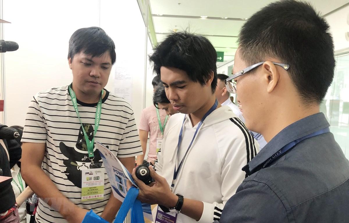 Doanh nghiệp giới thiệu máy móc, thiết bị cơ khí tại Vietnam Expo 2019. (Ảnh: Mỹ Phương/TTXVN)
