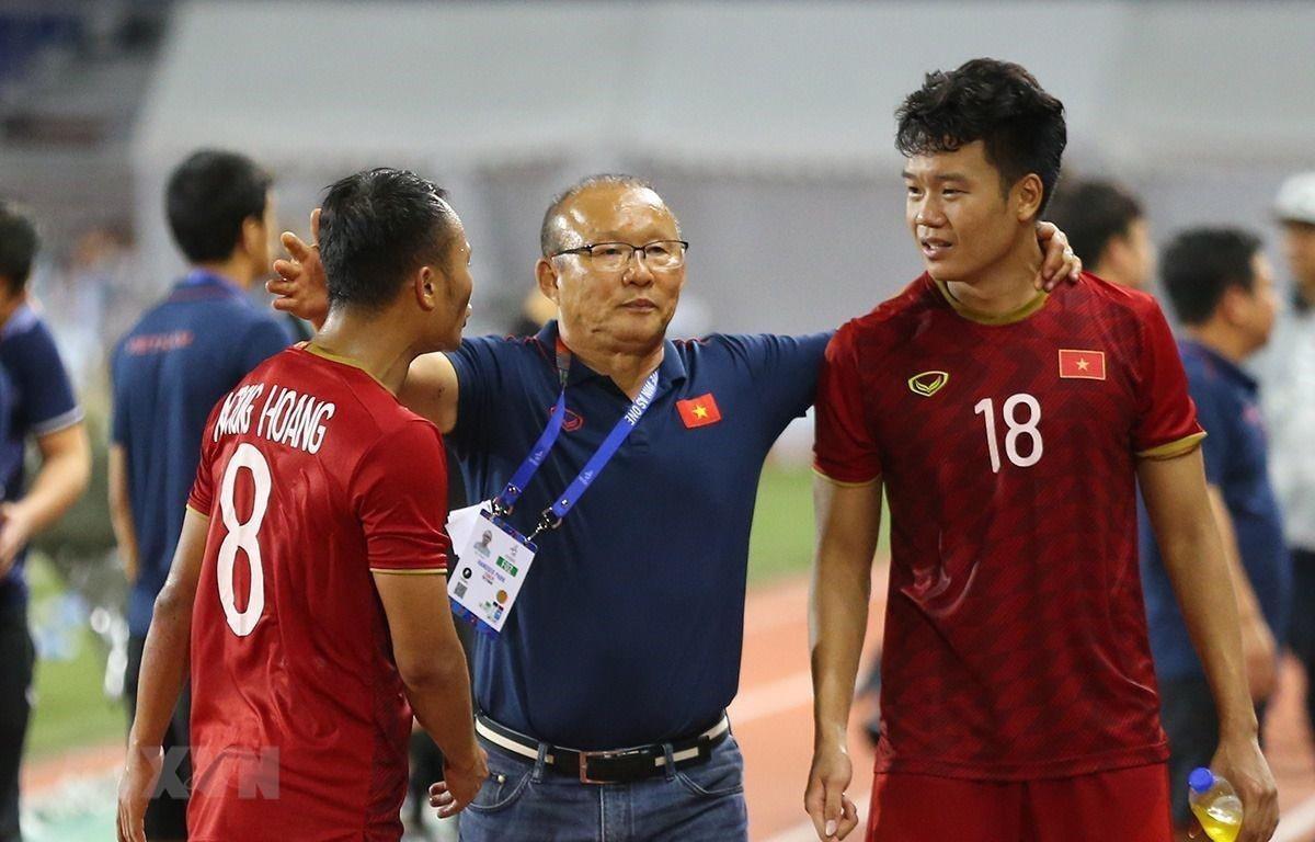 Trong ảnh: HLV Park Hang-seo cùng các cầu thủ U22 Việt Nam sẽ đối phó U22 Campuchia thế nào? (Ảnh: Hoàng Linh/TTXVN)