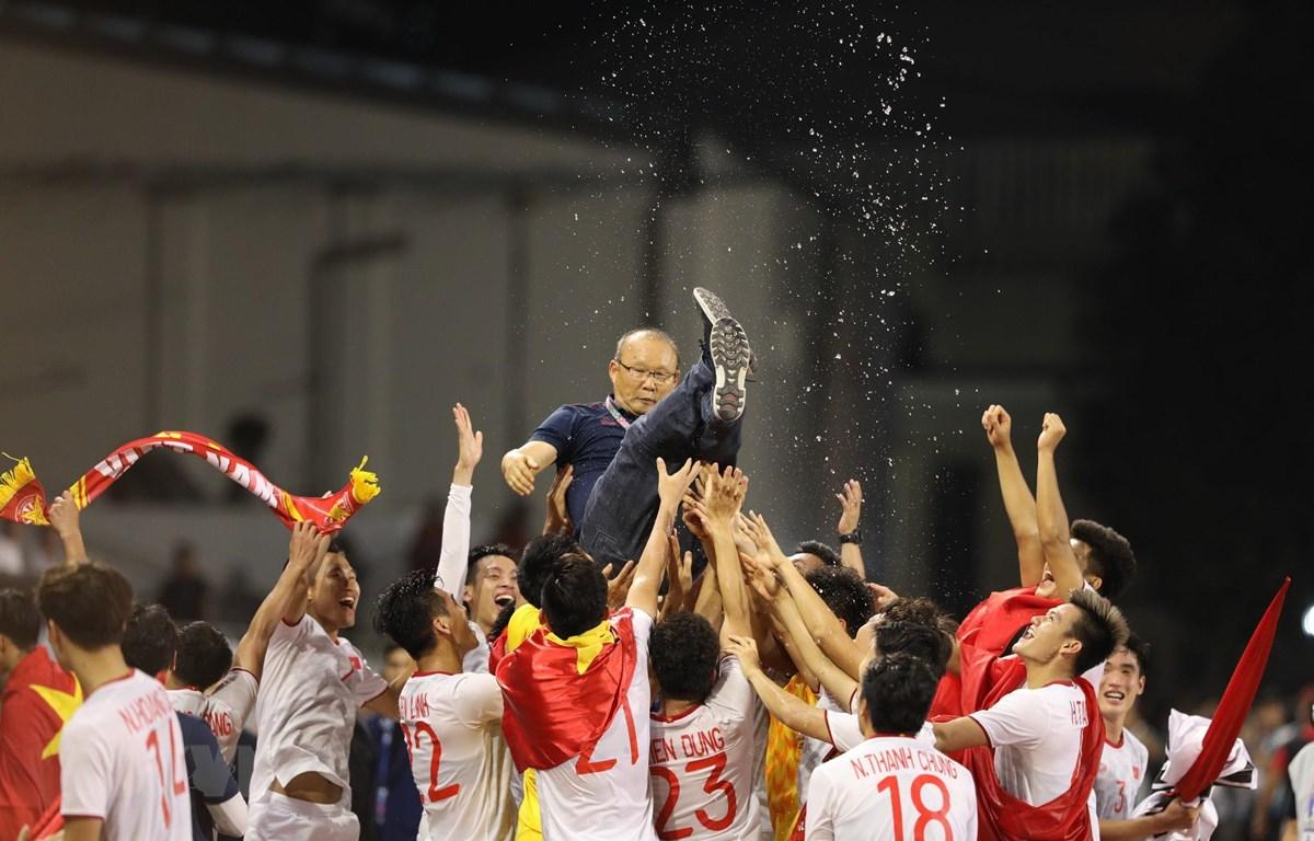 Cầu thủ Việt Nam tung hô HLV Park Hang Seo. (Ảnh: Hoàng Linh/TTXVN)